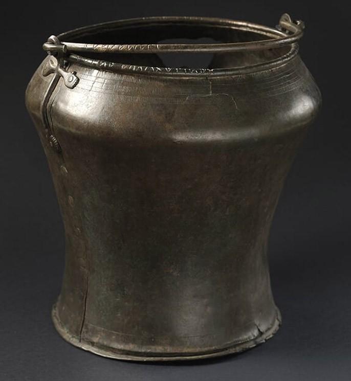 Das antike Bronzegefäß (situla), dass im Cembratal gefunden wurde.