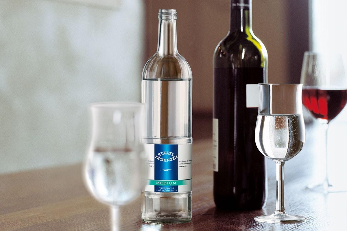 Durch den hohen Gehalt an Hydrogencarbonat und die besondere Kombination von Mineralstoffen machen bestimmte Mineralwässer Weine verträglicher.