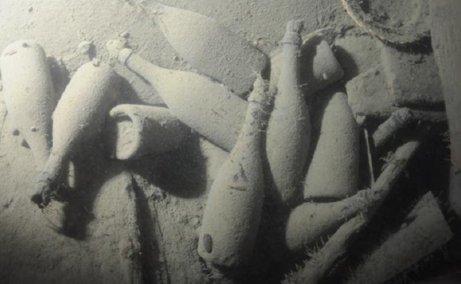 Heidsieck - several champagne bottles in the sea